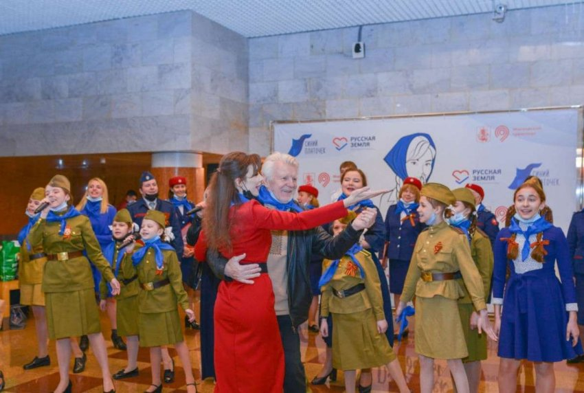 В День Победы в московском метро пели и показывали кино