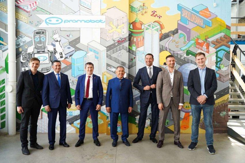 Президент Татарстана впервые встретился с пермским человекоподобным андроидом