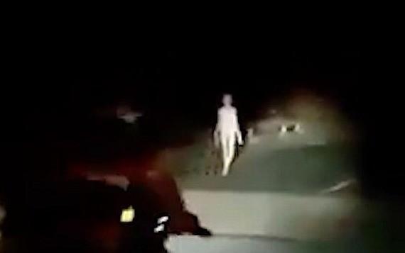Гуманоид или больной человек? На дороге в Индии засняли «живой скелет» - Паранормальные новости