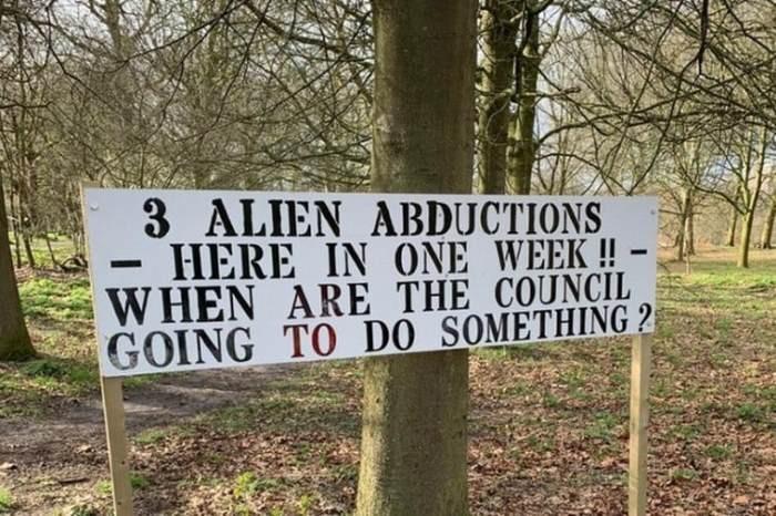 В британском городке появился плакат, уверяющий, что здесь за неделю пришельцы похитили трех человек