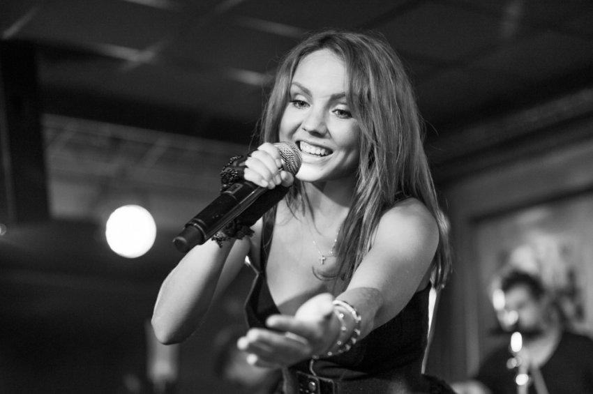 Певица МакSим находится в состоянии искусственной комы и подключена к ЭКМО