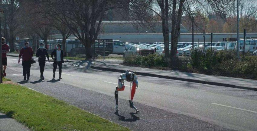 Двуногий автономный робот Кэсси сумел пробежать 5 километров