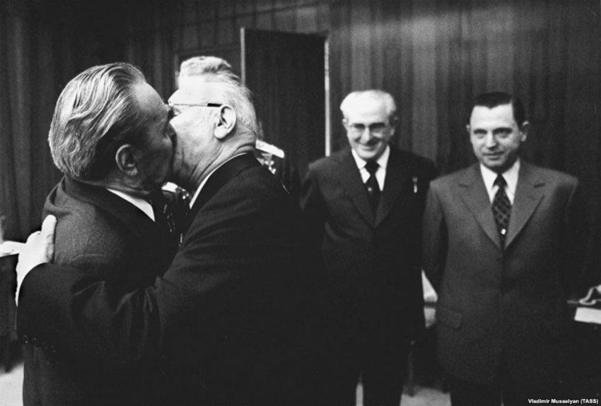 Чин целования: зачем на Руси целовались мужчины