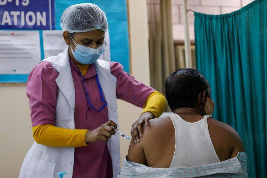 Индия готовится к очередному всплеску COVID, но низкий охват вакцинацией делает ее уязвимой