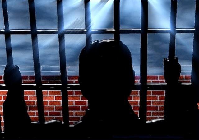 Заключенные тюрьмы увидели НЛО, а утром проснулись с загадочной красной сыпью на теле